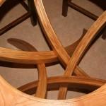 Table pentagone en frêne, détail du piétement