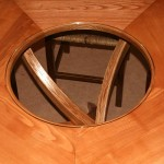 Table pentagone en frêne, détail du plateau