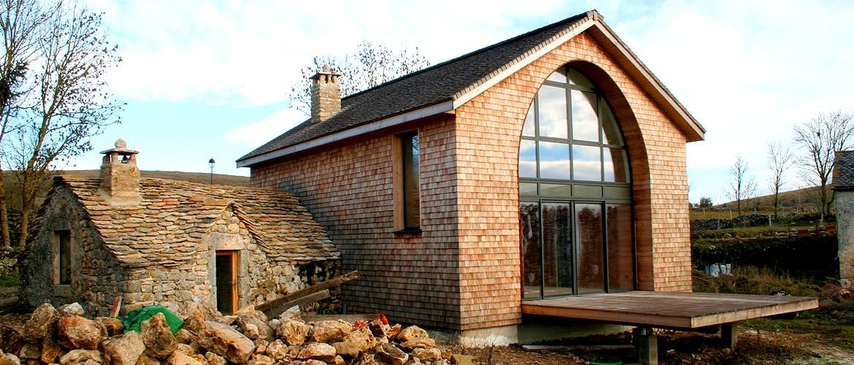 Ossature bois, murs et toiture en bardeaux mélèze, Hures 01